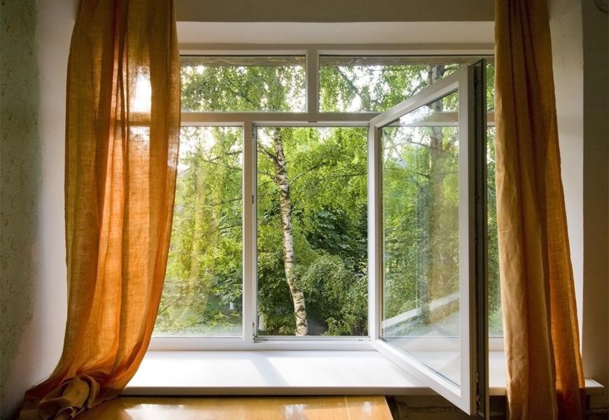 Большое трёхстворчатое окно с конструкцией для старых кирпичных зданий