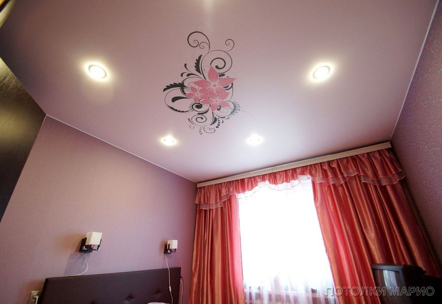Сатиновый натяжной потолок с фотопечатью в спальню 12 м²