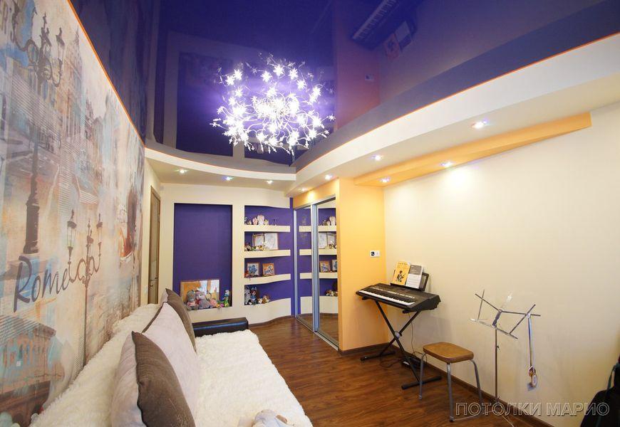 Тёмно-синий глянцевый натяжной потолок с подсветкой